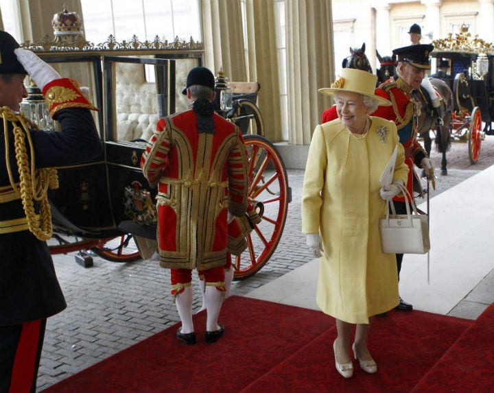 Buckingham Palace - Queen Elizabeth Signals End of Conversation with Handbag